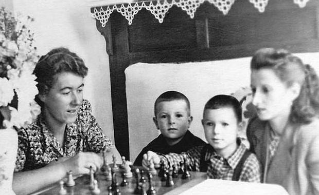 И в шахматишки