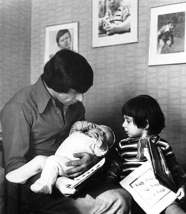 Счастливый папа с детьми Сашей и Бегоней