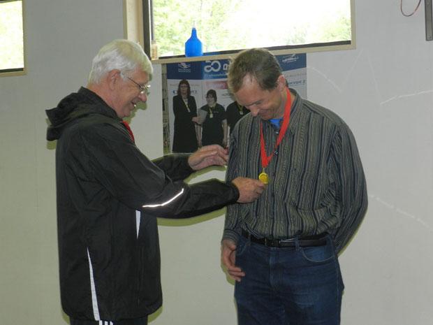 В.Н. Иванов награждает Юрия Янсона